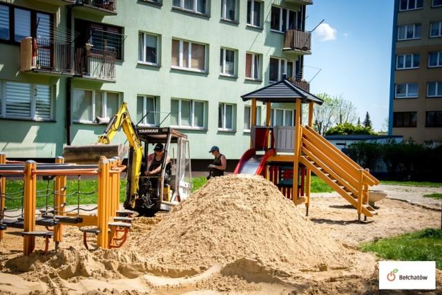 Nowy i czysty piasek trafił do piaskownic na miejskich placach zabaw.