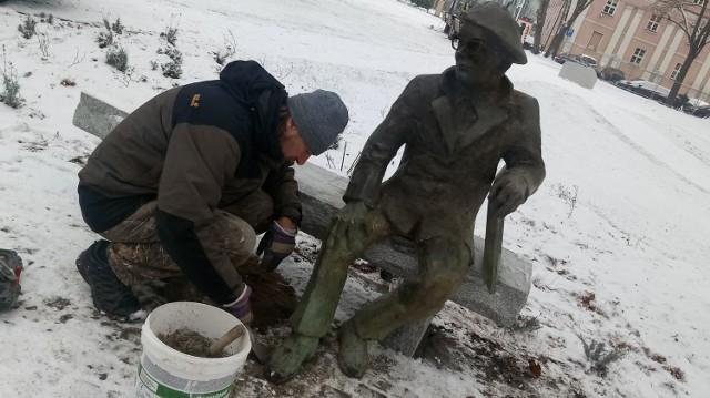 Pomnik Alfa Kowalskiego pomagał montować jego twórca - Michał Bajsarowicz. Cała operacja wymagała jednak wsparcia większej liczby osób.