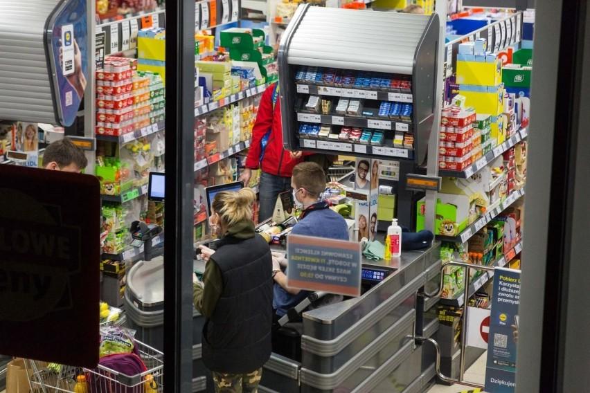 10.04.2020 krakowwieczorne kolejki do supermarketow w...