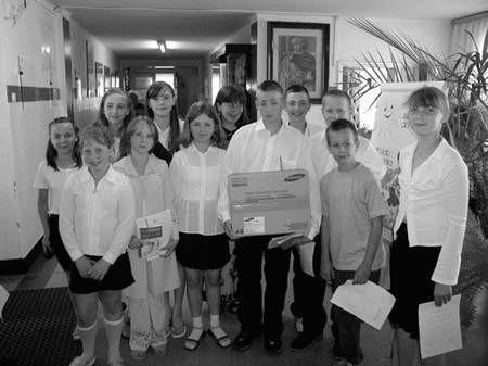 Uczniowie SP nr 12 cieszą się z nagrody.  Foto: JAKUB MORKOWSKI