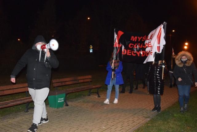 Strajk kobiet w Wieluniu. Demonstranci spacerowali w okolicach centrum miasta