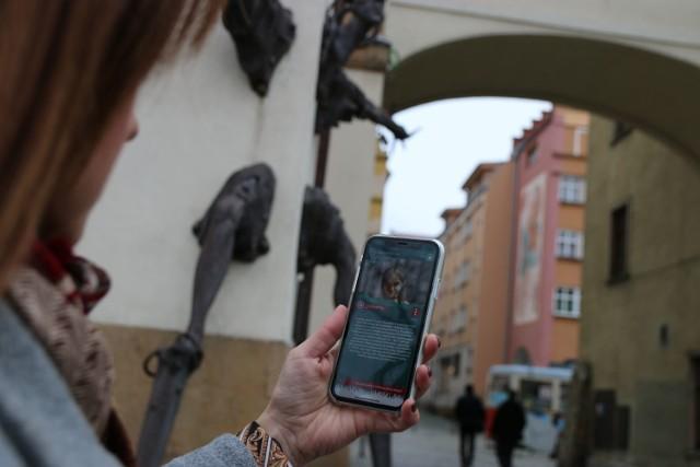 """Jak zagrać? Wystarczy ściągnąć na smartfona aplikację """"Jeleniogórskie Questy"""", a potem wybrać rodzaj gry. W zależności od miejsca, w którym się znajdujemy, do wyboru mamy: """"Skarb Krzywoustego"""" lub """"Cieplice""""."""