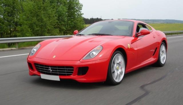 Jeżeli wasz tata jest fanem motoryzacji, nie będzie dla niego lepszego prezentu niż przejażdżka jego wymarzonym samochodem. Aby wykupić taki voucher, na przejażdżkę Ferrari czy Lamborghini, trzeba wydać od około 300zł