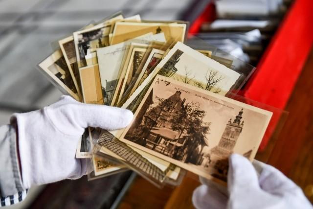 Zbiory Muzeum Gdańska wzbogaciła ogromna kolekcja pocztówek z przełomu XIX i XX wieku, pokazujących charakterystyczne miejsca w mieście. – Te pocztówki to okna przeszłości – mówi dyrektor muzeum Waldemar Ossowski. Plany zakładają, że zbiór będzie dostępny dla każdego za pośrednictwem portalu dziedzictwo-gdansk.pl