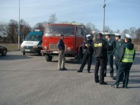 Inspektorzy, zwani przez kierowców krokodylami, wielokrotnie kontrolowali tiry na drogach powiatu chojnickiego.