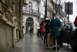 Kraków. Długa kolejka do jedynego otwartego punktu sprzedaży biletów MPK [zdjęcia]