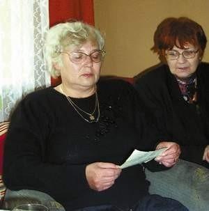 - Gdyby nie pastor adwentystów nie miałby kto pochować mojego syna - mówi Krystyna Hajdas (z lewej). ZDJĘCIE: VIOLETTA GRADEK