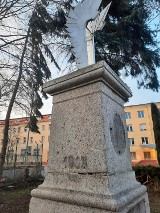 Zniszczony pomnik króla w Żaganiu! W jego tle pusty sztab Czarnej Dywizji!