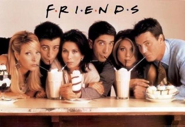 """Choć w tym roku mija już 25 lat od premiery pierwszego odcinka kultowych """"Przyjaciół"""", ten znany na całym świecie sitcom wciąż nie traci na popularności. Historia szóstki przyjaciół mieszkających w Nowym Jorku to najchętniej oglądany serial wszech czasów."""