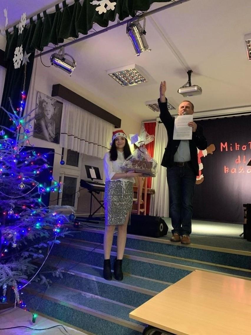 """Rekordowy konecki """"Mikołaj dla każdego"""". Gorące licytacje, piękne piosenki i smakowite wypieki [ZDJĘCIA]"""