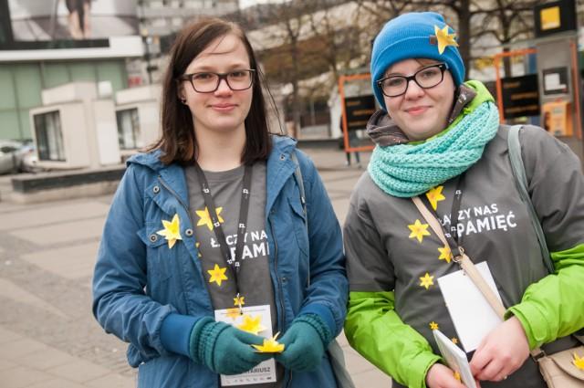 Akcja Żonkile. Wolontariusze rozdawali kwiaty na ulicach Warszawy. Zobacz zdjęcia z obchodów