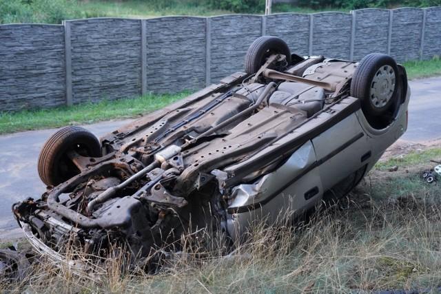 Dachowanie w miejscowości Mąkoszyn. 70-letni kierowca trafił do szpitala