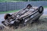 Dachowanie w miejscowości Mąkoszyn koło Szubina. 70-letni kierowca trafił do szpitala w Żninie [zdjęcia]