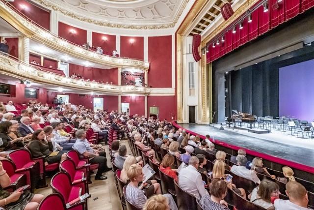 Każdego roku Gala Karnawałowa poznańskiego Teatru Wielkiego cieszyła się dużym zainteresowaniem. Dotąd bilety na każdą z jej odsłon sprzedawały się jak ciepłe bułeczki – czy tak będzie również tym razem? W wyniku obostrzeń, przez które teatry wciąż pozostają zamknięte dla publiczności, organizatorzy gali zdecydowali się nie odwoływać wydarzenia, ale przenieść je do sieci.