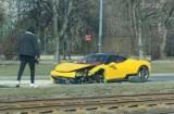 Wypadek luksusowego auta w Krakowie. Wart kilkaset tysięcy samochód został zniszczony [ZDJĘCIA] 09.03.2021