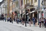 Białostoczanie chętnie korzystają ze słonecznej pogody. Mnóstwo ludzi spędza popołudnie na Rynku Kościuszki (zdjęcia)