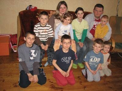 Państwo Magdalena i Tomasz Burda z ośmiorgiem dzieci, które wspólnie wychowują w Strzebiniu
