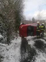 Wypadek w Piwnicznej-Zdroju. Samochód dachował na oblodzonej drodze [ZDJĘCIA]