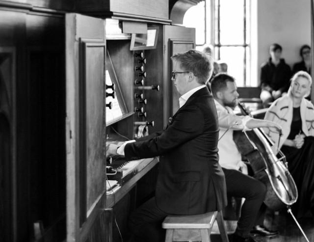 """Wzorem roku ubiegłego druga edycja projektu """"Muzyka w kościele """" również odbędzie się w pięciu zabytkowych kościołach gminy Słupsk. Będą to kolejno świątynie w Swołowie, Wrześciu, Strzelinie, Bruskowie Wielkim oraz Wieszynie. Na zdjęciu Zbigniew Gach (organy)."""