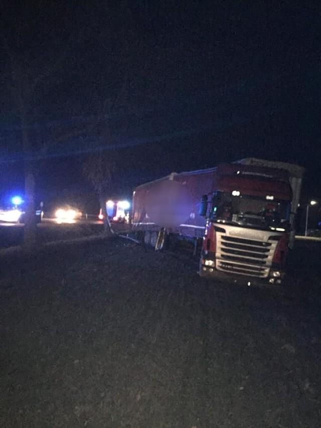 Groźna kolizja osobówki z samochodem ciężarowym w Szczytnikach Czerniejewskich
