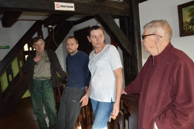 Zasiedlający pokoje  obawiają się,że miasto może ich obciążyć kosztami eksmisji. - Dotąd nie dostaliśmy też stawek kwot czynszu- mówią Rozalia Masłowska i Tomasz Blacheta ( na zdjęciu w środku).