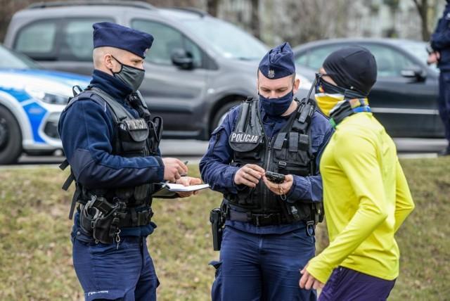Policjanci oraz pracownicy sanepidu regularnie kontrolują siłownie, kluby fitness, ale też sklepy, puby czy restauracje