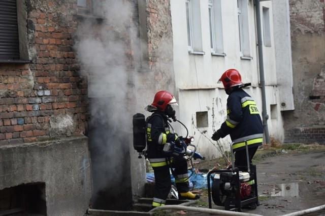 Pożar piwnicy przy ulicy Złotoryjskiej w Legnicy.