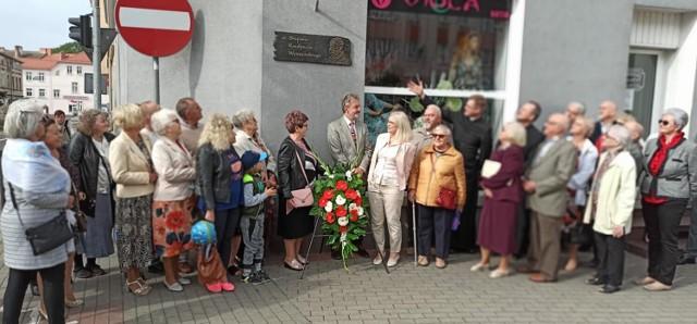 Członkowie Civitas Christiana pod tablicą z patronem ulicy Wyszyńskiego