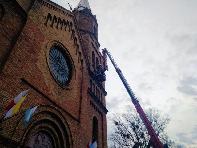 Poluzowana cegła na gzymsie stwarzała realne niebezpieczeństwo dla wiernych udających się do kościoła