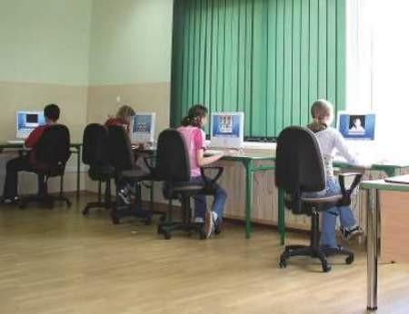 Teraz uczniowie z Gimnazjum w Istebnej muszą nauczyć się pracować na nowych komputerach.