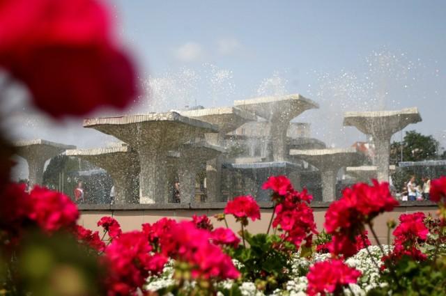 """Remont przeszła także fontanna w Gdyni. Doskonale znane wszystkim """"kielichy"""" zmieniły kolory i zostały wykończone ręcznie formowanym szkłem. Nowy wizerunek fontanny zaprezentowano 14 lipca.  Fontanna w Gdyni już działa [ZDJĘCIA]"""