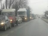 DK 28. Od wielu dni korek z Wadowic ciągnie się aż do sąsiedniej gminy Tomice. PKP remontuje tory [ZDJĘCIA]