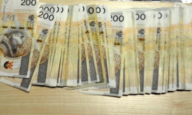"""Olkuscy mundurowi postawili zarzuty oszustowi działającemu """"na policjanta"""", który wyłudził 350 tysięcy złotych."""
