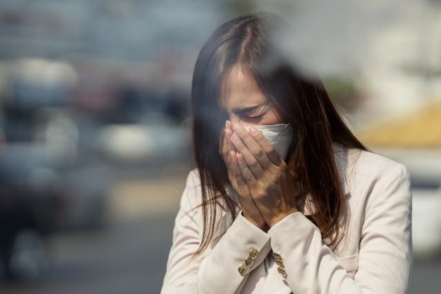 Koronawirus w powietrzu. Jaką drogę może przebyć ślina uwalniana podczas kaszlnięcia?