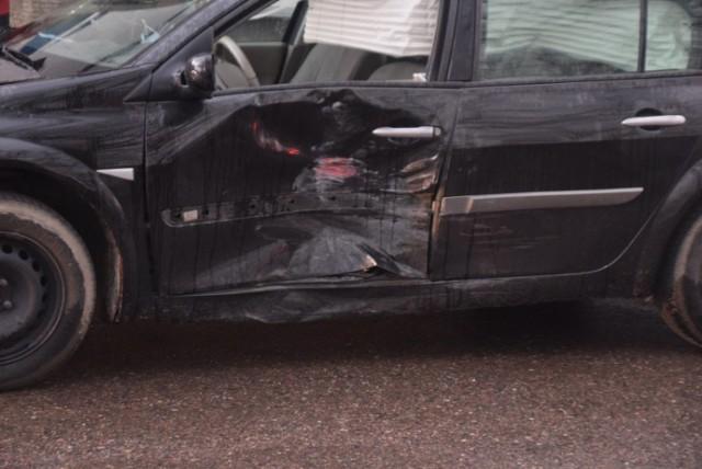Kłecko. Zderzenie dwóch aut na ul. Dworcowej. Jedna osoba jest ranna
