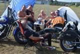Cieszków: XXXIII edycja Zlotu Motocykli klubu OLDTIMERS z Krotoszyna- ludzie na zlocie [Zdjęcia]