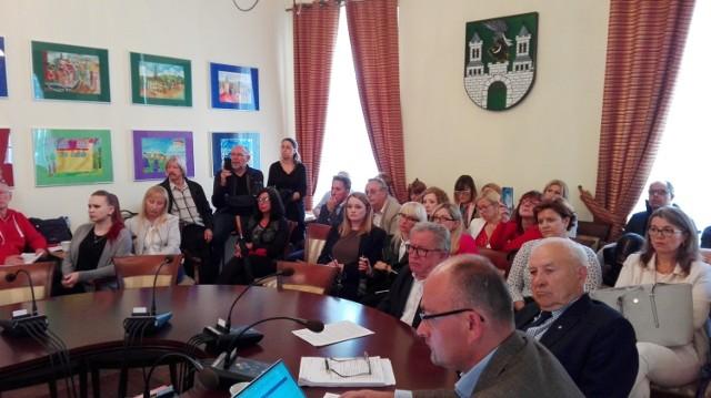 Pracownicy Izby Administracji Skarbowej zamierzają walczyć, aby instytucja pozostała w Zielonej Górze. We wtorek odwiedzili sesję rady miasta