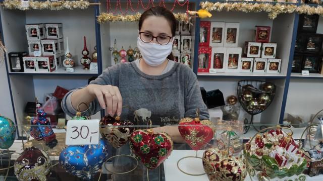 W przyzakładowym sklepie fabryki Szkło - Dekor w Piotrkowie można kupić ręcznie wykonane z pietyzmem biżuteryjne bombki