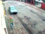 Napad na 16-latkę w Słupsku. Policja ujawnia zdjęcia z monitoringu
