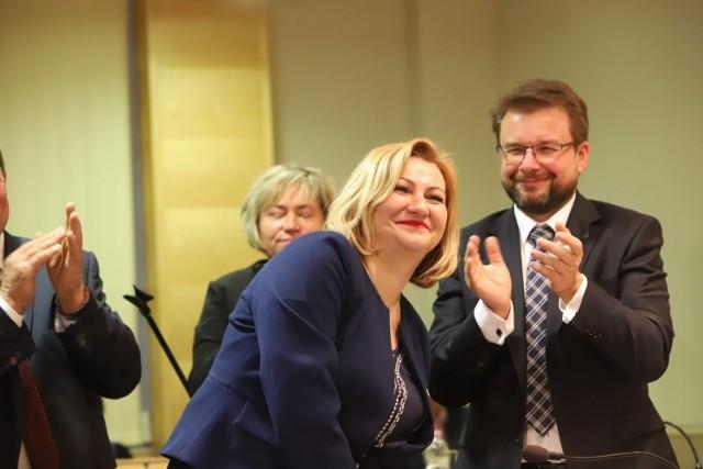 Wiceprzewodniczący łódzkiego sejmiku Zbigniew Linkowski (PiS) odmówił opozycyjnym radnym Koalicji Obywatelskiej i PSL zwołania nadzwyczajnej sesji na której miał być głosowany wniosek... o odwołanie przewodniczącej sejmiku Iwony Koperskiej (PiS). Opozycja mówi skandalu bez precedensu, a kancelaria sejmiku o brakach formalnych we wniosku. Czytaj dalej na kolejnym slajdzie: kliknij strzałkę w prawo