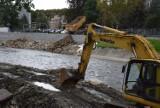 Wypadek na budowie wałów przeciwpowodziowych w Głuchołazach. Robotnik trafił do szpitala