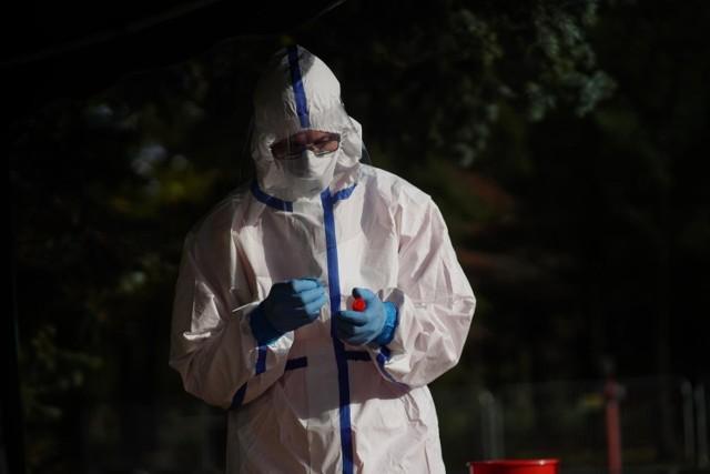 Rządowa Rada Medyczna planuje wprowadzić podział na strefy czerwone, żółte i zielone w związku ze zwiększającą się liczbą nowych zakażeń koronawirusem na terenie naszego kraju. Według nieoficjalnych informacji, do których dotarło RMF FM miałoby to nastąpić już w tym tygodniu.  SZCZEGÓŁY NA KOLEJNYCH STRONACH >>>  Ważne: Rusza rejestracja na trzecią dawkę szczepionki. Poznaj szczegóły