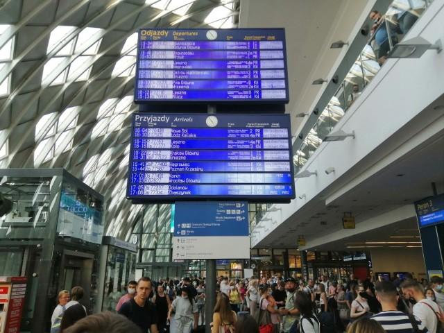W piątkowe popołudnie doszło do awarii na stacji Poznań Główny, która sparaliżowała cały ruch pociągów. Technicy pracują nad usunięciem usterki systemu sterującego ruchem kolejowym.