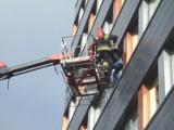 Pożar w wieżowcu na Świętokrzyskiej! Dwie osoby ewakuowane przez okno (zdjęcia)