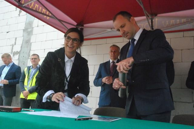 Hala sportowa w Wilkowicach - wmurowany został akt erekcyjny upamiętniający jej budowę. To jedna z ważniejszych inwestycji gm. Lipno