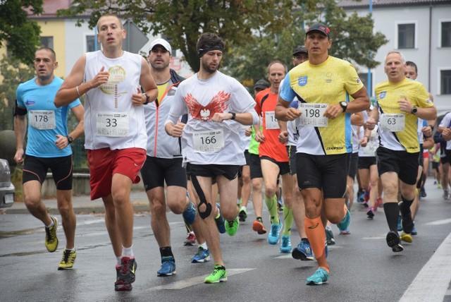 Blisko 300 biegaczy w deszczowych warunkach zmagało się z 10-kilometrową trasą, wiodącą po głównych arteriach Skierniewic.