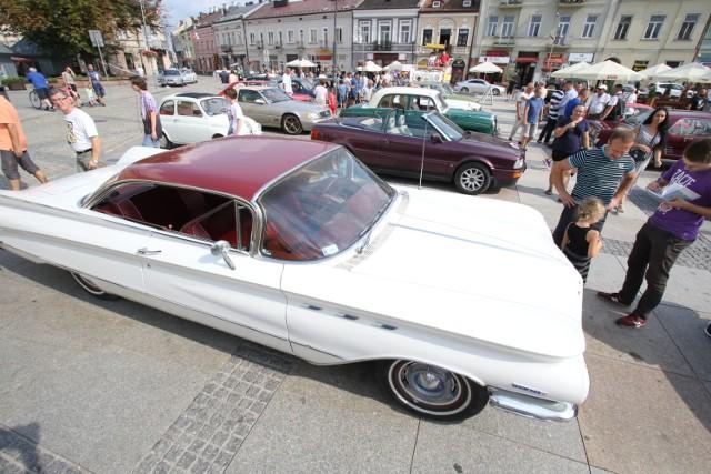 """VIII Międzynarodowy Świętokrzyski Rajd Pojazdów Zabytkowych dotarł w sobotę, 18 sierpnia, do Kielc. Na Rynku zaparkowało ponad 30 zabytkowych samochodów, wśród których można było dostrzec prawdziwe perełki motoryzacji.  Rajd wyruszył w piątek po południu z Toru Kielce w Miedzianej Górze do Świętej Katarzyny w gminie Bodzentyn. W tamtejszym ośrodku wypoczynkowym """"Jodełka"""" uczestnicy mają swoją bazę. Z niej wyruszyli w sobotni poranek do Kielc.  W stolicy województwa świętokrzyskiego czekały na nich kolejne konkurencje. Pierwsze mieli jeszcze w Miedzianej Górze, gdzie między innymi się ścigali. W sobotę zmagali się zaś z próbą na orientację, a były także takie zmagania, jak dojazdy do przeszkód na jak najmniejszą odległość czy jazda na regularność, podczas której trzeba będzie pokonać wytyczony odcinek ze stałą, określoną prędkością.  O godzinie 14 kierowcy oldtimerów – wśród których są także zagraniczni goście, między innymi z Niemiec i Ukrainy – zrobili sobie przerwę i zajechali na kielecki Rybek. Tam na prawie trzy godziny zaparkowali swoje cacka, by pokazać je mieszkańcom. Samochodów było 32,  a wśród nich dało się dostrzec między innymi triumphy, fordy mustangi, mercedesy czy polskie warszawy i syrenki. Najstarszym w stawce pojazdem okazał się fiat 508 z 1938 roku.  Jakimi jeszcze samochodami postanowili w tym roku wziąć udział w rajdzie jego uczestnicy? Zobacz na zdjęciach.  >>>ZOBACZ WIĘCEJ NA KOLEJNYCH ZDJĘCIACH"""