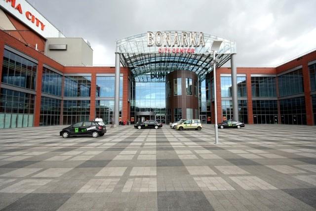 Bonarka City Center [Kraków]: powierzchnia całkowita: 234 tys. m², ilość sklepów: 270, ilość miejsc parkingowych: 3 200