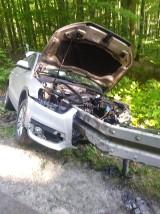 Wypadek w Jodłownie, gm. Przywidz. Bariera energochłonna wbiła się w samochód aż do bagażnika |ZDJĘCIA
