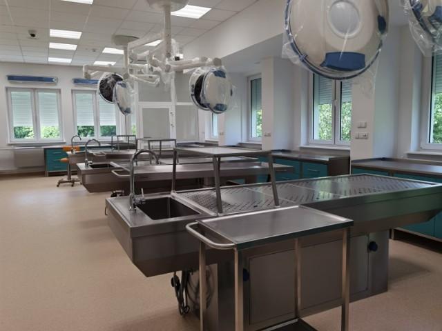 Collegium Anatomicum to coś więcej niż prosektorium. Owszem, przeprowadza się w takim miejscu sekcje zwłok, ale prowadzi też prace badawcze, kształci przyszłych lekarzy, ale też ludzi innych zawodów medycznych.   Collegium Anatomicum przy Uniwersytecie Technologiczno Humanistycznym to instytucja, konieczna dla potrzeb kształcenia przyszłych lekarzy, której nie powstydziły się najlepsze uczelnie medyczne w Polsce.   Jest to instytucja dedykowana szkoleniu przyszłych lekarzy, ale także dla szkoleń podyplomowych lekarzy wszystkich specjalności, fizjoterapeutów, pielęgniarek i wszystkich innych zawodów medycznych i niemedycznych.   Nowoczesne i pionierskie wyposażenie Collegium Anatomicum przewiduje pełne możliwości kształcenia z zakresu anatomii czynnościowej w oparciu o techniki obrazowania wysokich rozdzielczości i 3D.   Anatomia czynnościowa to dziedzina nauki medycznej związana z fizjologią i działaniu poszczególnych narządów. Anatomia i fizjologia stanowią podstawę medycyny, gdyż nie można skutecznie udzielić pomocy w chorobie nie znając dokładnie budowy i czynności organizmu zdrowego. Jest też sala wykładowa na 40 osób, sala sekcyjna, sala preparatyki fotografii trójwymiarowej, zaplecze magazynowe dla preparatów i odpadów.   Zobacz Collegium Anatomicum na następnych slajdach >>>
